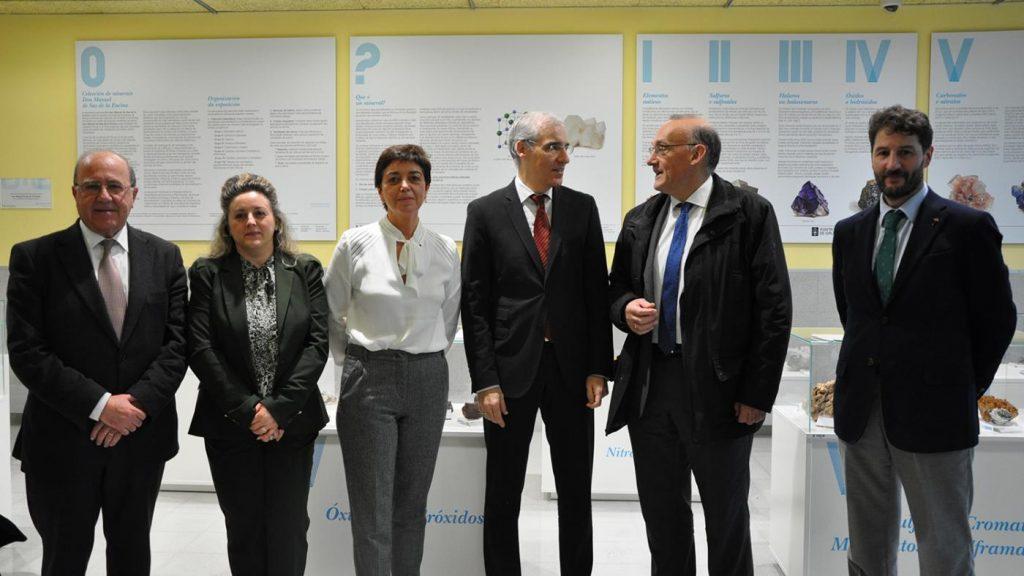 Representantes do sector, a Xunta, os colexios profesionais e a Universidade de Vigo antes do comezo da xornada